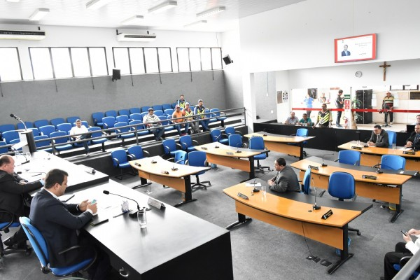 Insuficiência de quórum na sessão do dia 10/05 fez com que o Presidente da Câmara, vereador José Teles de Mendonça, suspendesse a pauta de votação