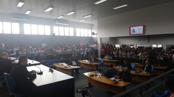 Durante a sessão da câmara desta terça-feira (13/11), manifestantes protestaram contra a prisão do prefeito Valmir de Francisquinho