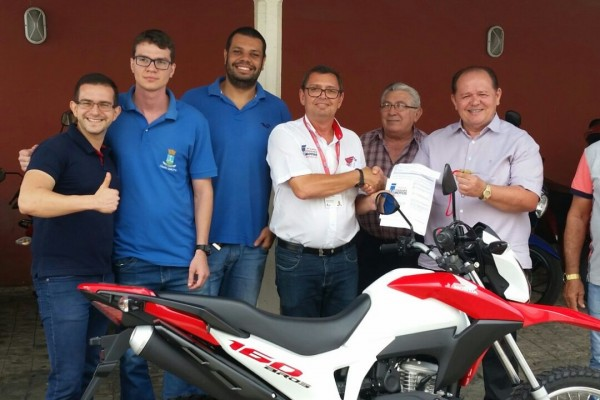 Empresa ITABAIANA MOTOS, vencedora da licitação, faz entrega de motocicleta ao Presidente da Câmara Municipal, vereador José Teles de Mendonça.